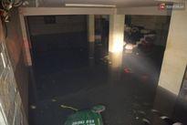 Cảnh sát phòng cháy chữa cháy hút nước ngập trong hầm xe trên đường Phan Xích Long