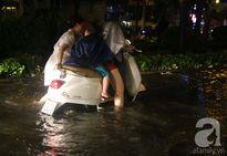 """Mưa lớn kinh hoàng khiến Sài Gòn hỗn loạn, người dân phải """"bơi"""" về nhà giờ tan tầm"""