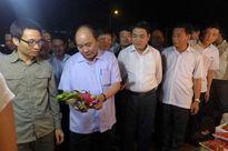 """Thủ tướng bất ngờ """"vi hành"""" chợ Long Biên, ruộng rau sạch Hà Nội"""
