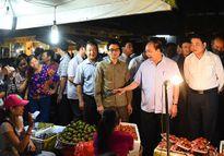 Thủ tướng thị sát chợ Long Biên tờ mờ sáng