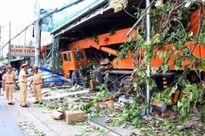 Xe cẩu mất lái, đâm vào nhà dân, 4 người bị thương nặng