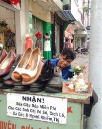 Chàng trai nghèo nhận sửa giày dép miễn phí cho người nghèo...