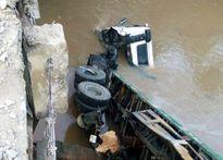 Xe đầu kéo đang chạy tông nát thành cầu rơi xuống suối