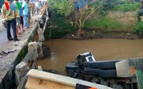 Container mất lái húc đổ thành cầu rồi lao xuống suối