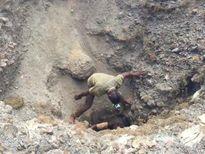 Thợ mỏ khai thác quặng làm pin cho iPhone nhận 3 USD/ngày