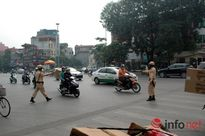 Các chiến sĩ CSGT Thủ đô chặn đứng xe chở bia cồng kềnh