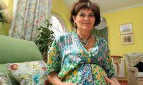 Bà mẹ sinh con ở tuổi 62 bất chấp lời can của bác sĩ