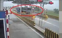 Khoảnh khắc xe tải đâm nát trạm thu phí ở Khánh Hòa