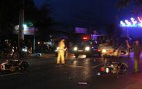 Qua đường không quan sát, 3 bà cháu bị xe tông phải nhập viện