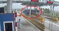 Clip: Khoảnh khắc xe tải tông nát trạm thu phí ở Khánh Hòa