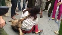 Nữ 'cẩu tặc' bị nhiều đàn ông đánh: Nhẫn tâm?