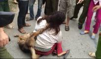Nữ cẩu tặc bị dân vây đánh, bắt đeo xác chó vào cổ