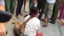 Dân làng bao vây, treo chó trên cổ người phụ nữ nghi là 'cẩu tặc'