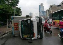 Xe tải vào cua lật ngang giữa đường Hà Nội