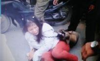Nữ 'cẩu tặc' bị bắt phải đeo chó chết vào cổ