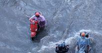 Triều cường đạt đỉnh, nhiều tuyến đường ở Sài Gòn chìm trong biển nước mênh mông