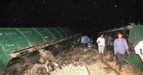 Trắng đêm cứu hộ 4 toa tàu bị lật ở Huế