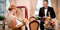 Người phụ nữ hạnh phúc khi làm đám cưới với chính mình