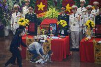 Người thân khóc ngất tiễn biệt 3 chiến sĩ hy sinh vụ máy bay rơi
