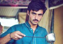 Anh chàng bán trà bất ngờ nổi tiếng vì đẹp trai như tài tử