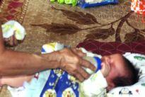 Phát hiện bé trai sơ sinh bị bỏ rơi dưới gốc cây