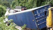 Xe container tông trực diện ô tô 7 chỗ trên đèo Bảo Lộc