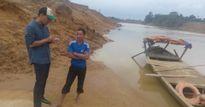 Cảm động hình ảnh MC Phan Anh về vùng lũ khảo sát để mua trâu bò