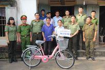 Bộ Công an tặng quà một học sinh giỏi có hoàn cảnh khó khăn tại Nghệ An