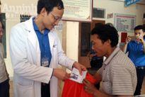 Đoàn bác sỹ trẻ vào 'rốn lũ' Hương Khê trao quà, khám bệnh, phát thuốc miễn phí cho người dân