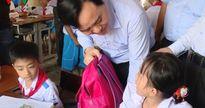 Bộ trưởng Phùng Xuân Nhạ thăm, tặng quà thầy trò vùng lũ Quảng Bình