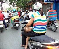 Kinh hoàng vì những kiểu chở con bằng xe máy của các bậc cha mẹ