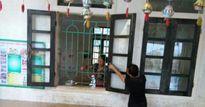 Hà Tĩnh: Sau lũ, giáo viên dầm mình trong nước để dọn trường