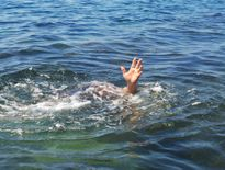 Hai học sinh chết đuối khi qua sông