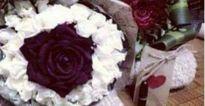 Tặng thì không nhận, nhưng chờ chàng trai về cô gái lại... nhặt hoa lên mạng 'sống ảo' với người khác