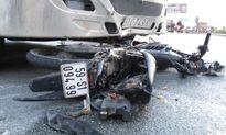 Va chạm với xe container, nam thanh niên bị tông văng xa 20 mét