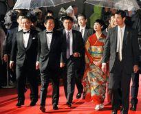 Thủ tướng Nhật Bản bất ngờ xuất hiện trên thảm đỏ Liên hoan phim Tokyo