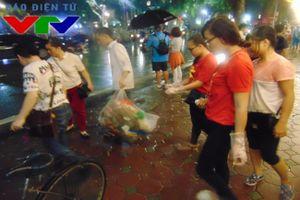 Các bạn trẻ chung tay dọn rác quanh Hồ Gươm sau pháo hoa Quốc khánh