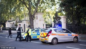 Phát hiện gói hàng nghi là bom trước ĐSQ Nga tại London