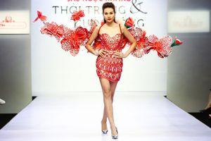 Thanh Hằng đeo cánh hoa lan kiêu sa catwalk