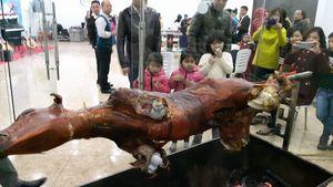 Mổ bò, bày tiệc hành lang cỗ tất niên trong chung cư ở Hà Nội