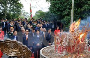 Thành kính dâng hương tưởng niệm các Vua Hùng đêm Giao thừa