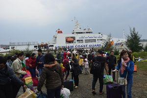 Đưa gần 600 người dân Lý Sơn vượt biển động về quê ăn Tết