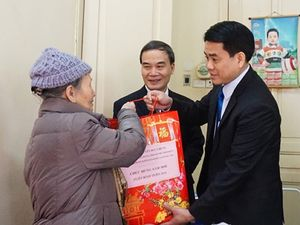 Chủ tịch UBND thành phố Hà Nội thăm và chúc Tết gia đình đồng chí Phạm Tâm Long