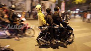 Vui đêm Giao thừa, người dân Thủ đô quên chấp hành luật giao thông