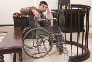 Kẻ buôn ma túy đi xe lăn đến tòa lĩnh án tử