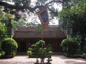 Ngày mùng 1 tết người dân Hà Nội đến đền, chùa thắp hương, lễ Phật.