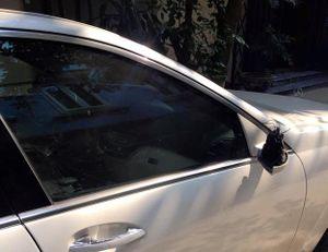 Mercedes-Benz S550 tiền tỷ bị vặt gương sau đêm giao thừa