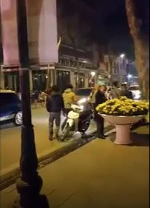 Clip: Người đàn ông tiện tay 'nhấc' hoa trang trí trên phố để 'lấy lộc' trong đêm giao thừa