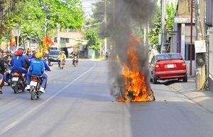 Xe máy bốc cháy ngùn ngụt trên đường đi chơi Tết