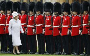 Chuyện gì sẽ xảy ra khi 'trêu' vệ binh Nữ hoàng Anh?